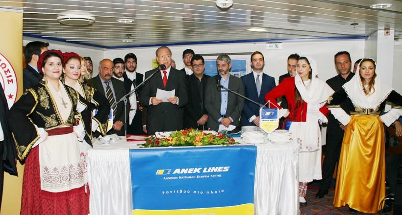 Ο Πρόεδρος της Παγκρητίου Ενώσεως κος Γ.Μαριδάκης (στο κέντρο) καθώς απευθύνει τις ευχές του.